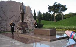 Президент посетил Аллею почетного захоронения