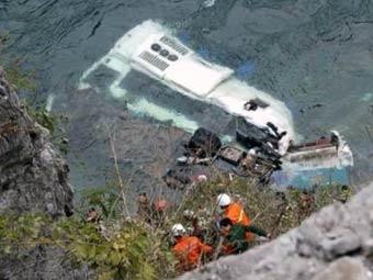 В Индии переполненный автобус упал в реку