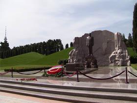 Президент Азербайджана Ильхам Алиев посетил могилу Гейдара Алиева в Аллее почетных захоронений