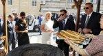 Медведева угостили в Баку тендирным хлебом с сыром